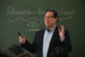 Professor Dunham in the classroom at Tsinghua. (Photo by Zhang Sihan)